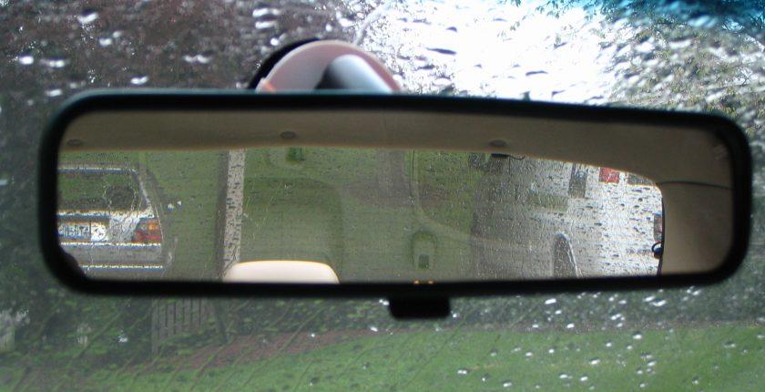 Tuas kecil di Spion tengah mobil