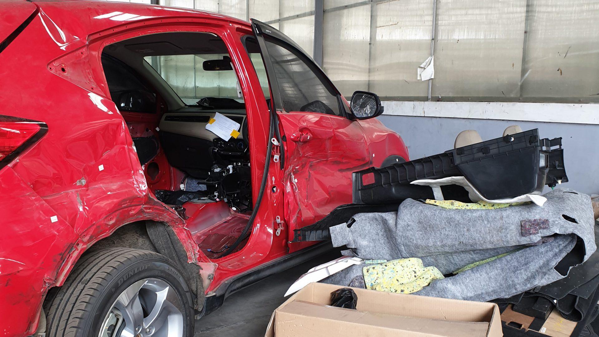Contoh mobil ringsek di bengkel Tekni Body Repair. Mobil ini sedang dalam proses perbaikan setelah mengalami tabrakan